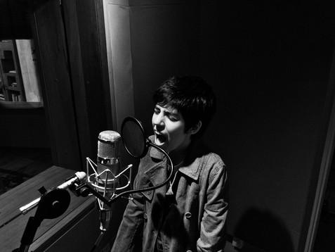 Sara gravando o álbum Ômega III no estúdio Red Bull