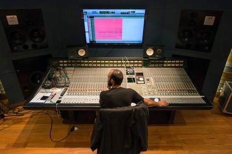 Funai gravando álbum Ômega III no estúdio Red Bull
