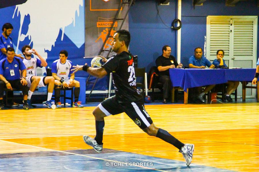 Thiago Santos, Taubaté, destaque da partida. (foto André Pereira / Tchê Esportes)