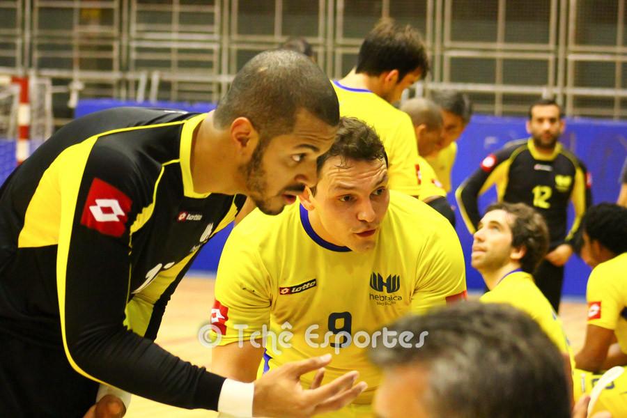 Alan e Raphael reclamam da decisão da arbitragem. (foto André Pereira / Tchê Esportes)