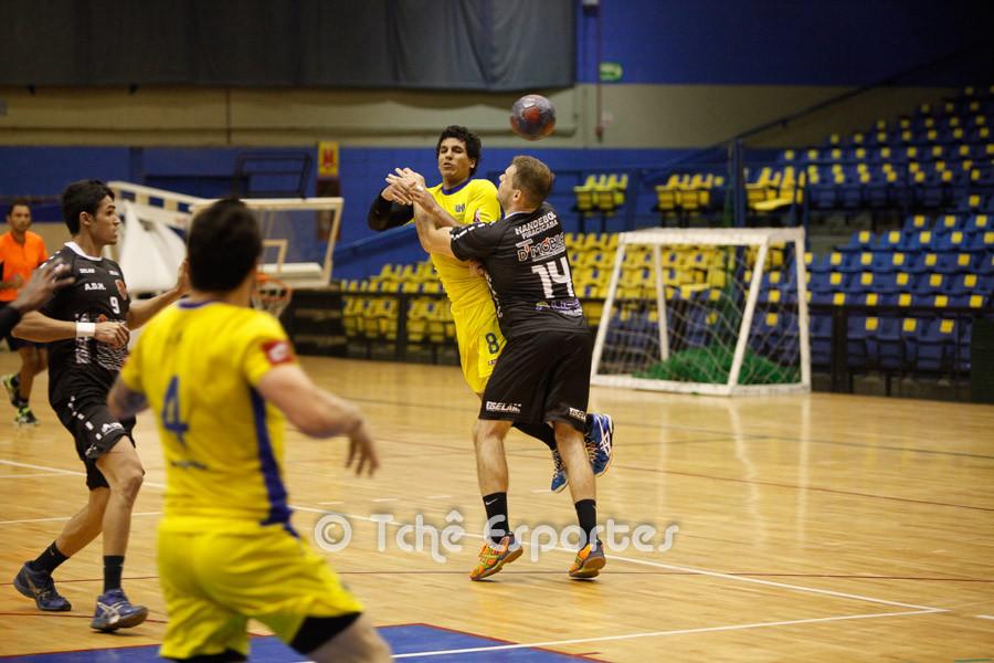 Etorre passa a bola para Guilherme (foto André Pereira / Tchê Esportes)