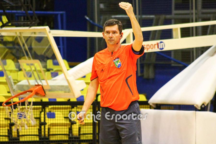Roger Prado, árbitro do jogo. (foto André Pereira / Tchê Esportes)
