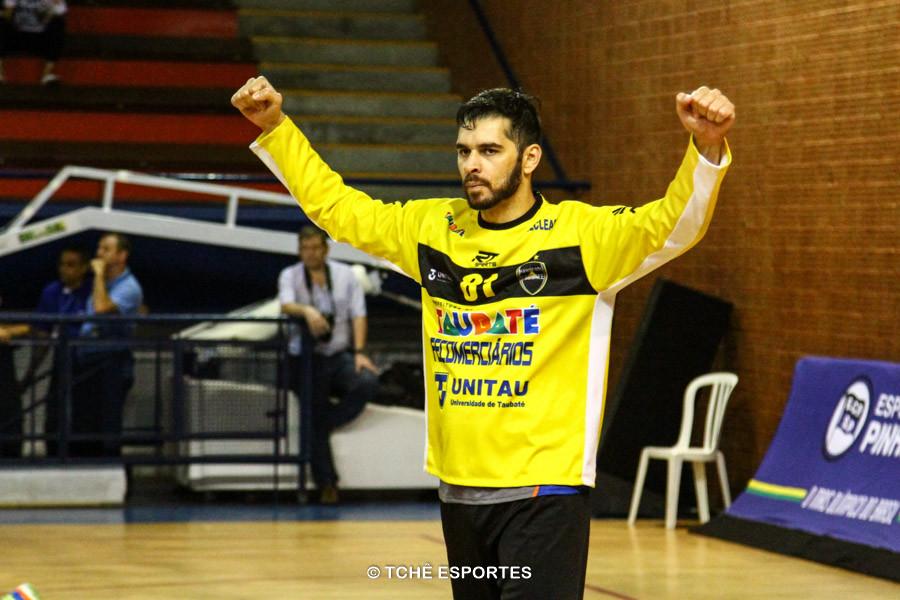 Rick, goleiro do Taubaté, grandes defesas. (foto André Pereira / Tchê Esportes)
