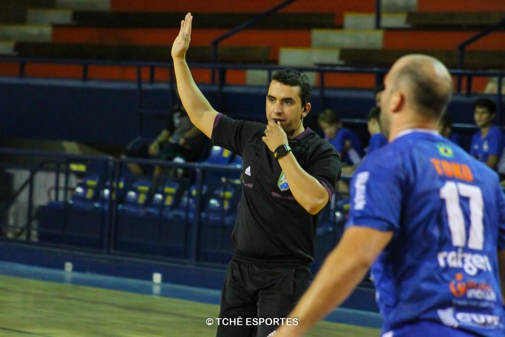 Bruno Azevedo, árbitro do jogo. (foto André Pereira / Tchê Esportes)