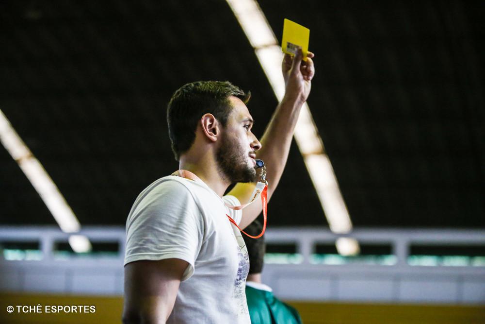 """Árbitro Valadão. """"Amigos, amigos, cartão amarelo à parte"""". (foto André Pereira / Tchê Esportes)"""