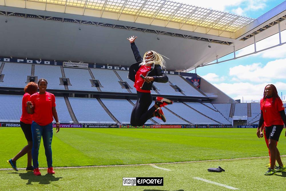 Camaronesas conhecem o gramado da Arena Corinthians. (foto André Pereira / Tchê Esportes)