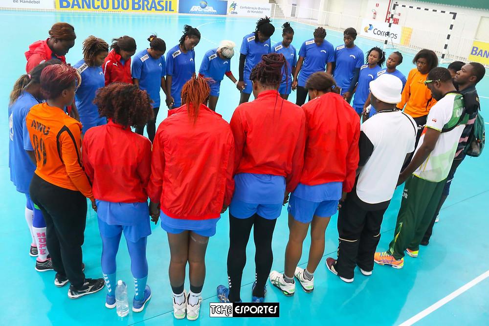 Seleção de Camarões, agradecimento após o jogo. (foto André Pereira / Tchê Esportes)