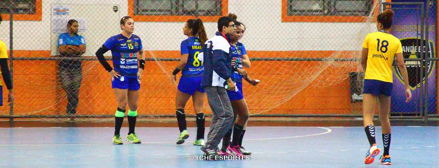 Fabiane Santos teve ajuda pra deixar a quadra. (foto André Pereira / Tchê Esportes)