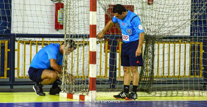 Daniel e Nilson fazem reparos na rede. (foto André Pereira / Tchê Esportes)