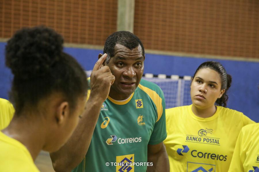 """Técnico """"Cubano"""", Seleção Feminina Junior. (foto arquivo Tchê Esportes)"""