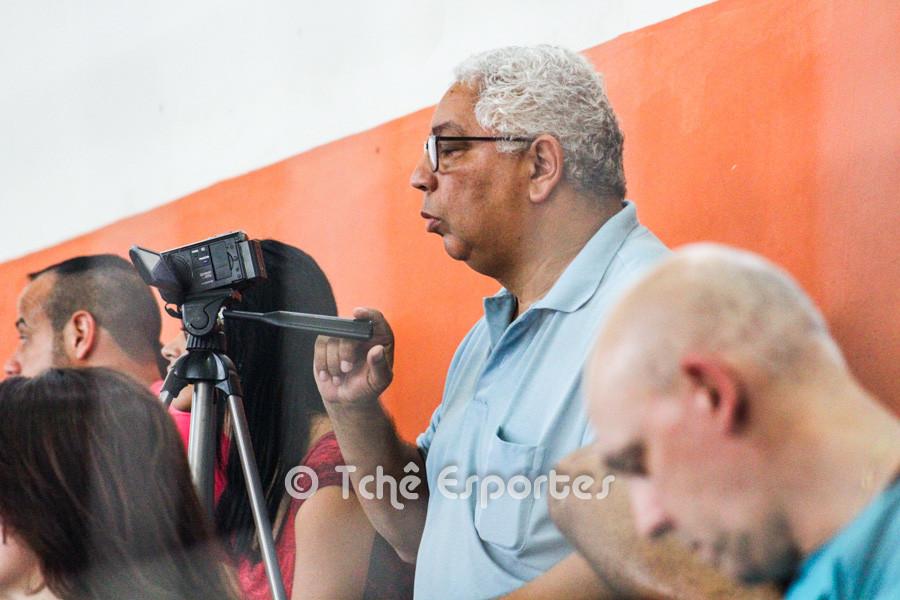 Piazza observa o jogo de São José e CEPE/Santos no último sábado (02/mai) (foto André Pereira / Tchê Esportes)