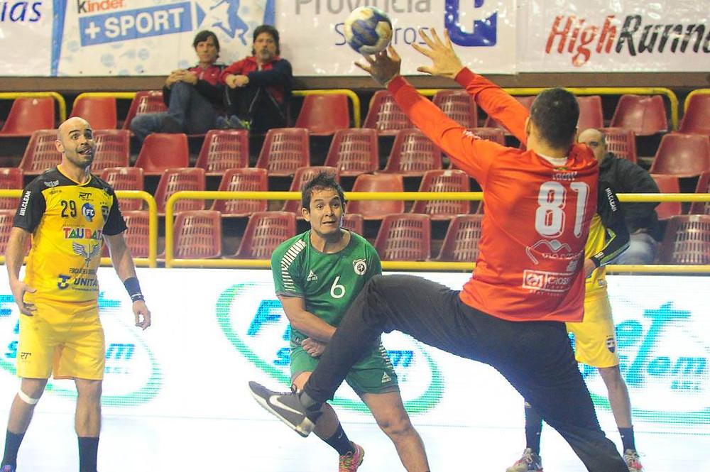 Goleiro Rick em ação na partida contra Balonmano Ovalle. (foto divulgação Femebal)