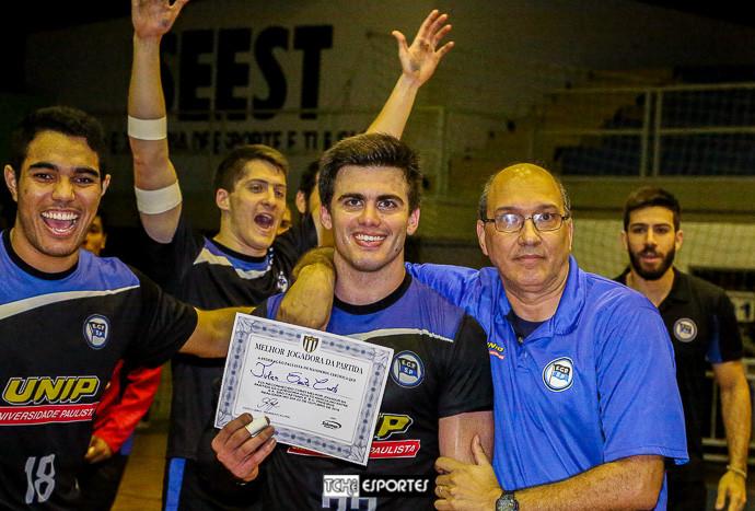 """Julian com o diploma de """"Melhor Jogador da Partida"""" da FPHb. (foto André Pereira / Tchê Esportes)"""