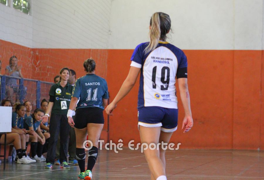 Tamires (11) e Monica (19) deixam a quadra. (foto André Pereira /Tchê Esportes)