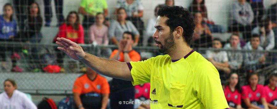 Adriano, árbitro do jogo. (foto André Pereira / Tchê Esportes)