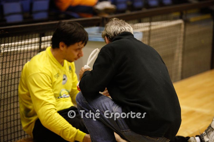 Massa dá uma ajuda ao goleiro do São Carlos, Luis Zenetti, em 01/jun/2015. (foto arquivo Tchê Esportes)