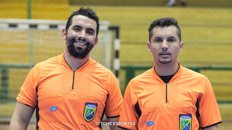 Bruno Azevedo e Thiago Marques, árbitros do jogo. (foto reprodução: Agno Raiz / Tchê Esportes)