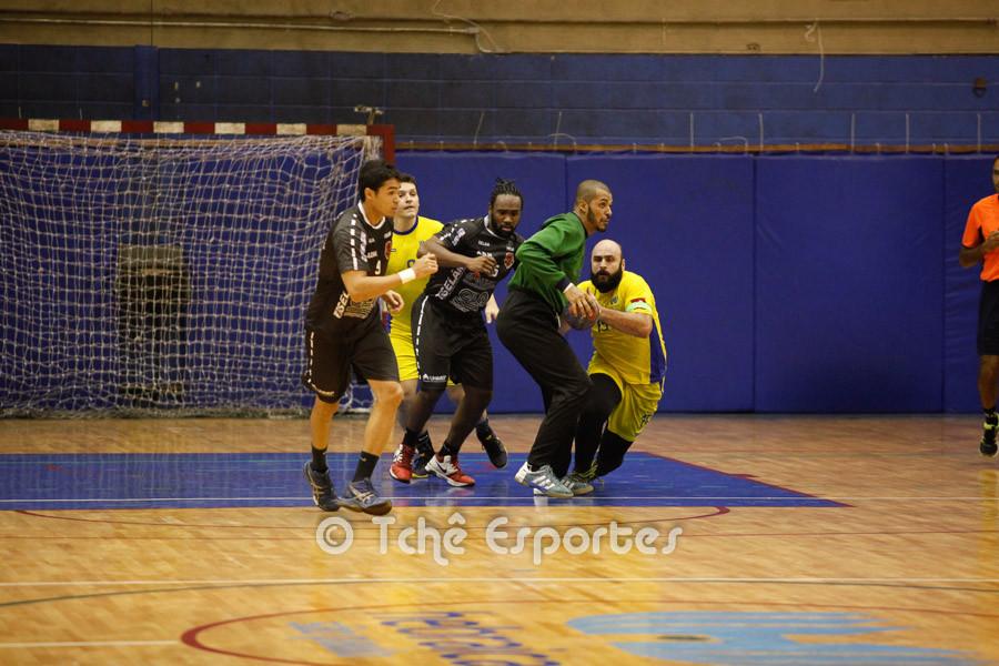 """Defesa da Hebraica """"rouba"""" a bola. (foto André Pereira / Tchê Esportes)"""