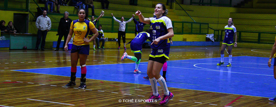 Jéssica, do São José, após a cobrança de 7m ao final do jogo. (foto Andréa Rodrigues / Tchê Esportes)