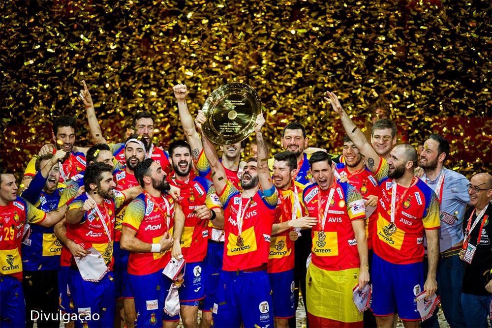 Seleção Espanhola comemora o primeiro título da Euro. (foto EHF/Sasa Phanic Szabo