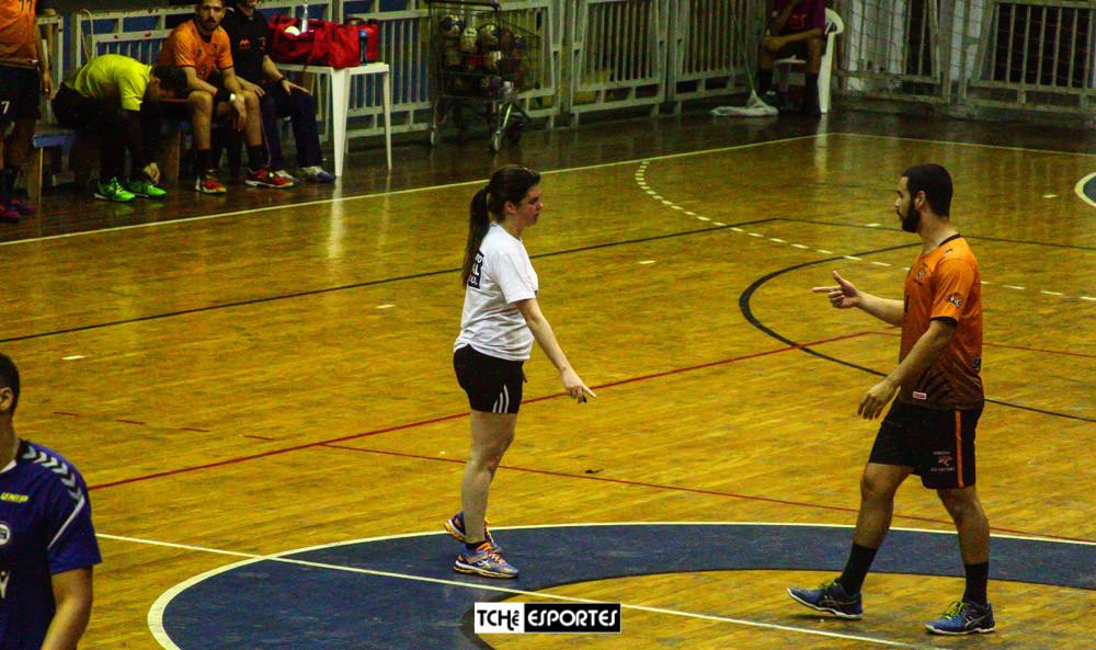 Claudia Mota, árbitra no primeiro tempo de São Caetano vs Pinheiros. (foto André Pereira / Tchê Esportes)
