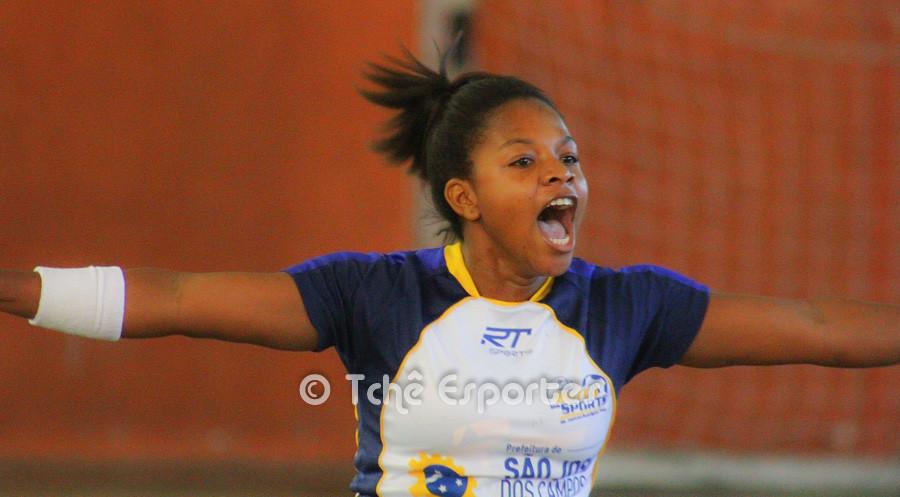 Marilene Souza, São José, comemora o último gol do jogo. (foto André Pereira / Tchê Esportes)