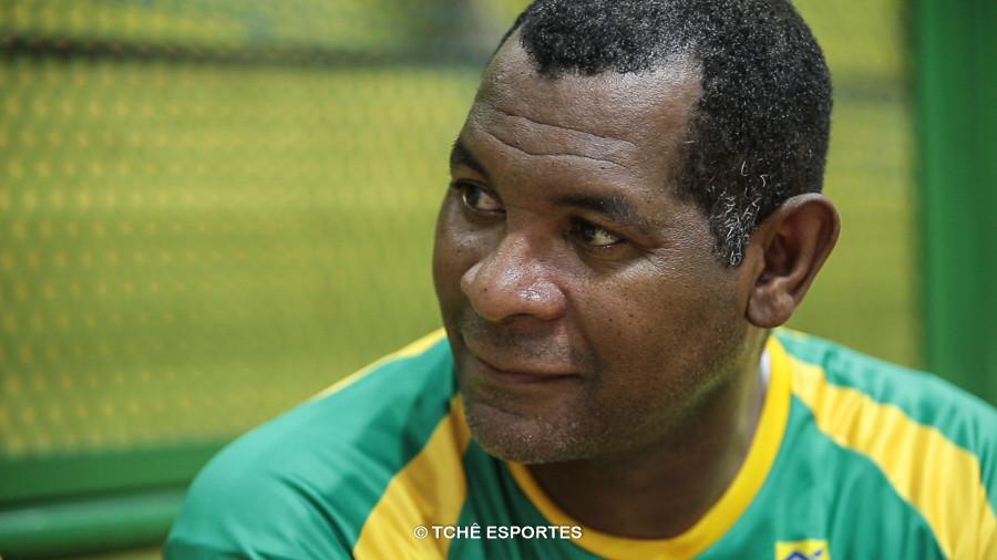 Cubano, técnico da Seleção Feminina Junior. (foto reprodução / Agno Raiz / Tchê Esportes)