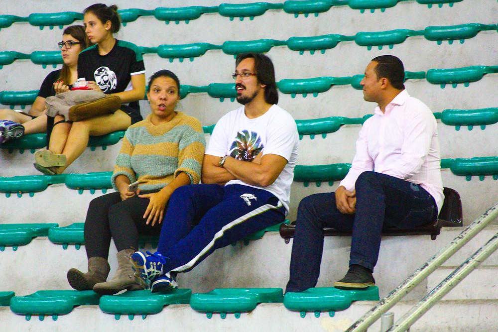 Jayson (ao centro) só de olho... (foto André Pereira / Tchê Esportes)