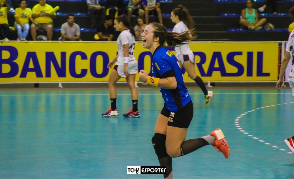 Isabelle Medeiros, ponta direita do EC Pinheiros. (foto André Pereira / Tchê Esportes)