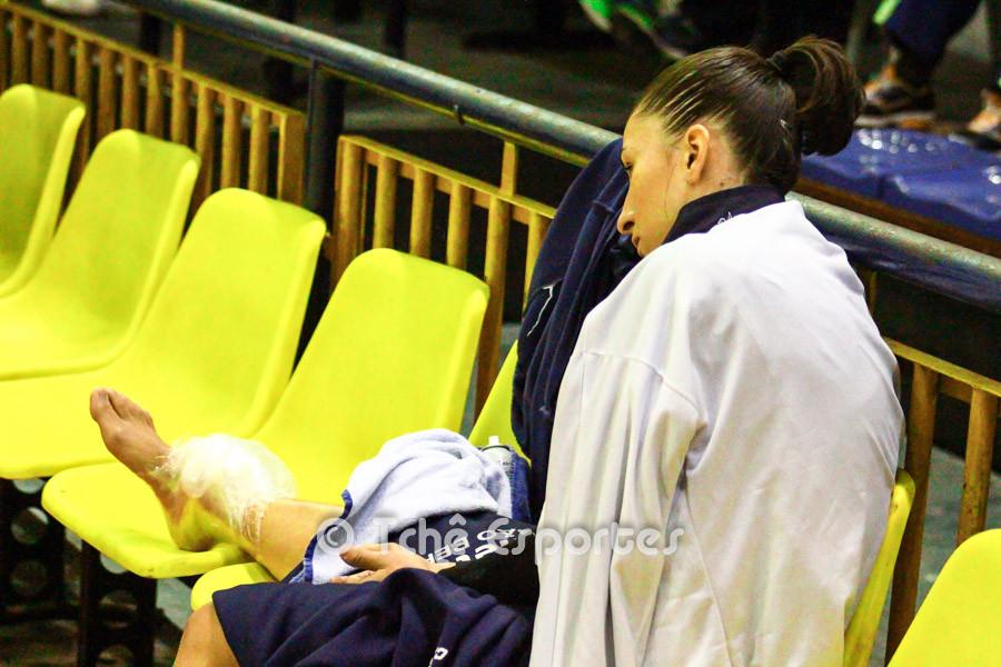 Paty Matieli, Metodista, torceu o tornozelo. (foto André Pereira / Tchê Esportes)
