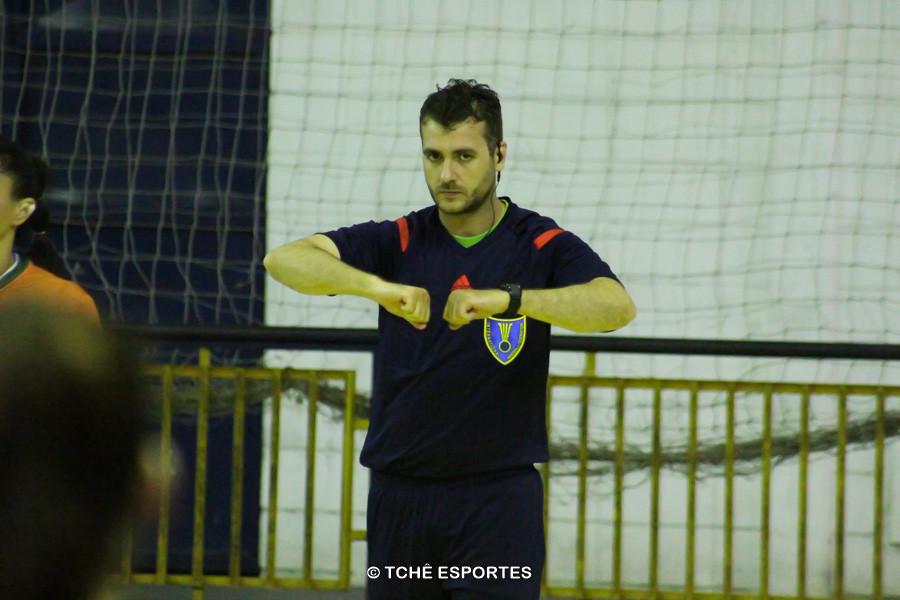Árbitro: Adriano Rocha. Foto: André Pereira / Tchê Esportes