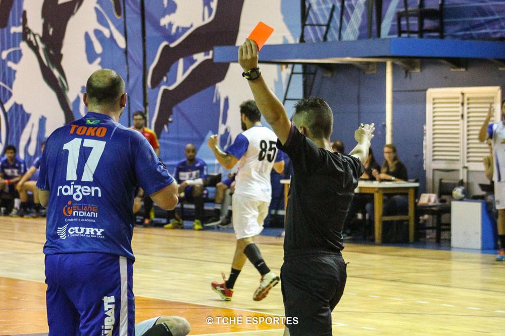 Cartão vermelho para Toko (17). (foto André Pereira / Tchê Esportes)