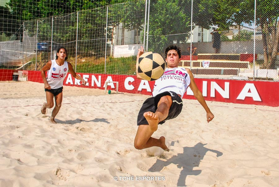 """Rodrigo """"salva"""" mais um ponto. (foto André Pereira / Tchê Esportes)"""