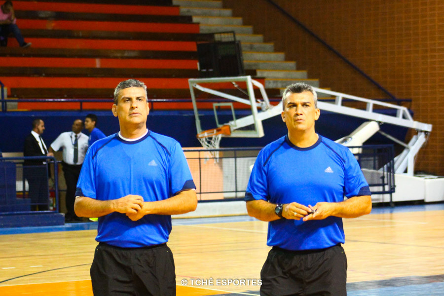 Árbitros: César Barcellos e Marcelo Barcellos. Foto: Marcio Rodrigues / Tchê Esportes