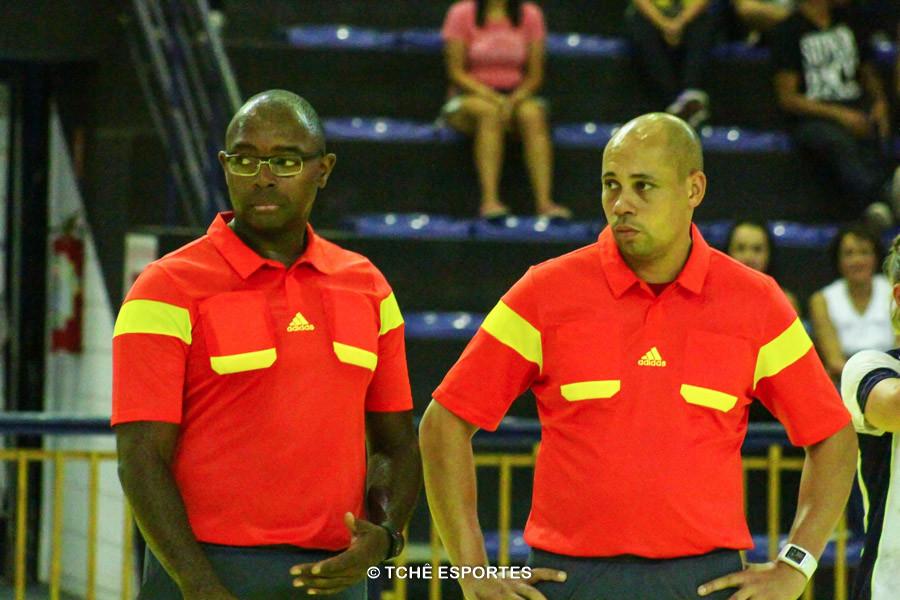 Árbitros do jogo, Francisco Rosa e Luis Nelson. (foto André Pereira / Tchê Esportes)