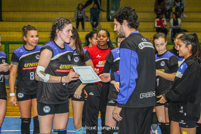 Juliana recebe o diploma de melhor do jogo. (foto Andréa Rodrigues / Tchê Esportes)
