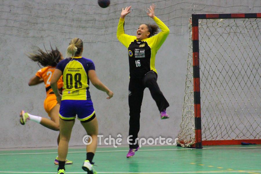 A goleira Bebê, São José, evita gol de Jundiaí. (foto André Pereira / Tchê Esportes)