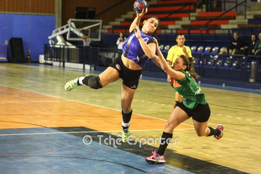 Giulia Guarieiro no ataque do Pinheiros. (foto André Pereira / Tchê Esportes)
