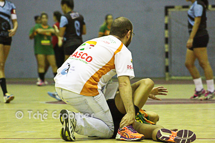 Bruna Caroline, Osasco, se machucou no inicio do jogo (foto André Pereira / Tchê Esportes)