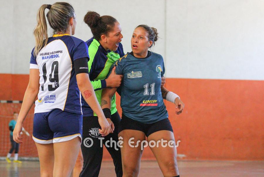 Tamires (11) e Monica (19) se desentendem no jogo. (foto André Pereira / Tchê Esportes)