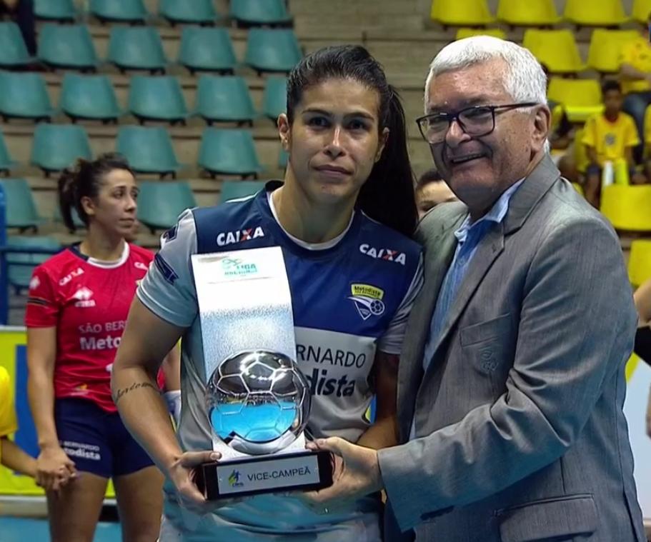 Capitã do São Bernardo/Metodista, Ariadne Tomaz recebe trpféu de vice-campeão da Liga (reprodução SporTV)