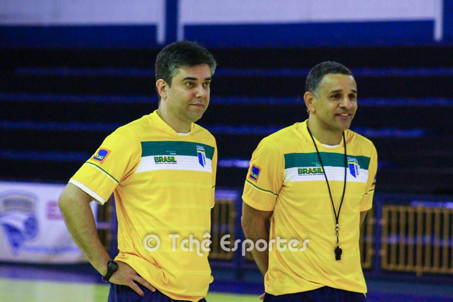 Álvaro Herdeiro e SB observam o primeiro dia de treino. (foto André Pereira / Tchê Esportes)