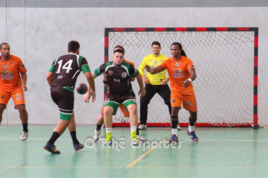 No último confronto, vitória do São Carlos (uniforme laranja). (foto arquivo Tchê Esportes)