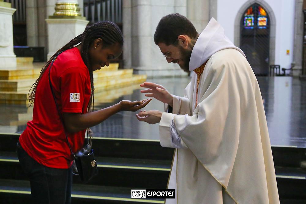 Bênção do padre na Catedral da Sé em São Paulo/SP. (foto Andréa Rodrigues / Tchê Esportes)