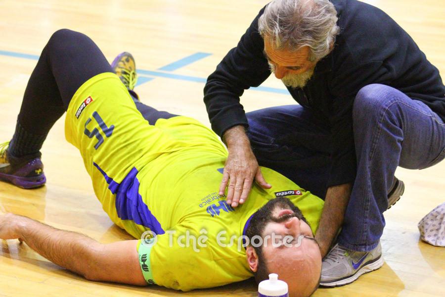 Felipe Carbone, Hebraica, recebe atendimento em quadra. (foto André Pereira / Tchê Esportes)