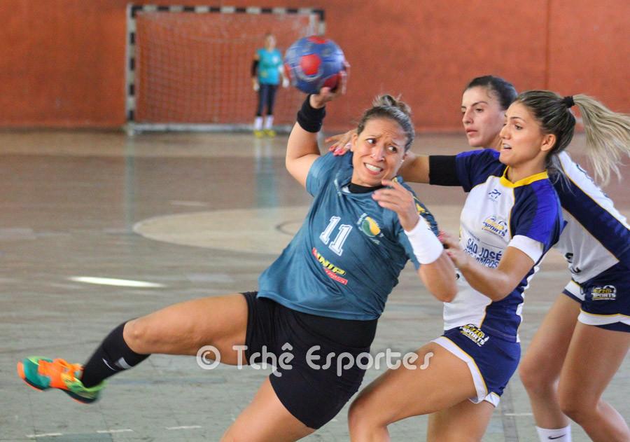 Tamires (CEPE/Santos) dando trabalho para a defesa do São José (foto André Pereira /Tchê Esportes)