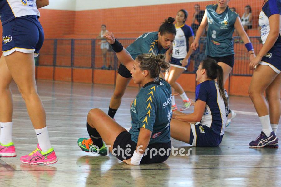 Tamires tenta o revide ainda no chão. (foto André Pereira / Tchê Esportes)