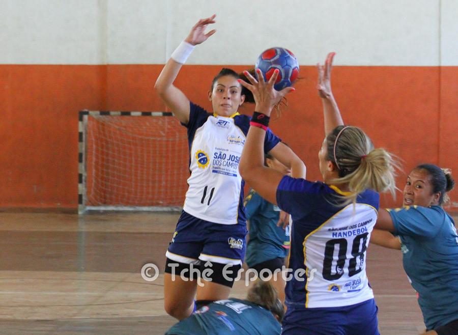 Patricia (11) pinga a bola na pivô Verônica (08). (foto André Pereira / Tchê Esportes)