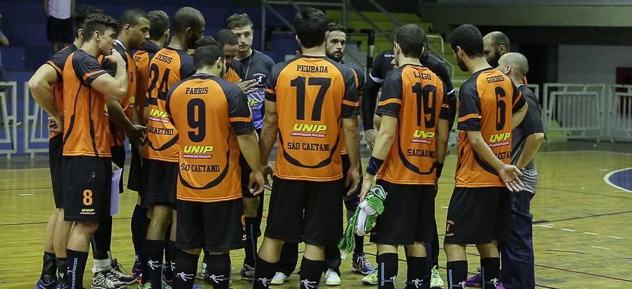São Caetano joga forte na defesa e vence Guarulhos