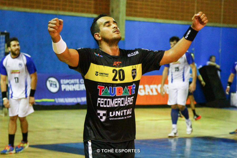Thiago Santos, Taubaté, artilheiro da partida. (foto André Pereira / Tchê Esportes)